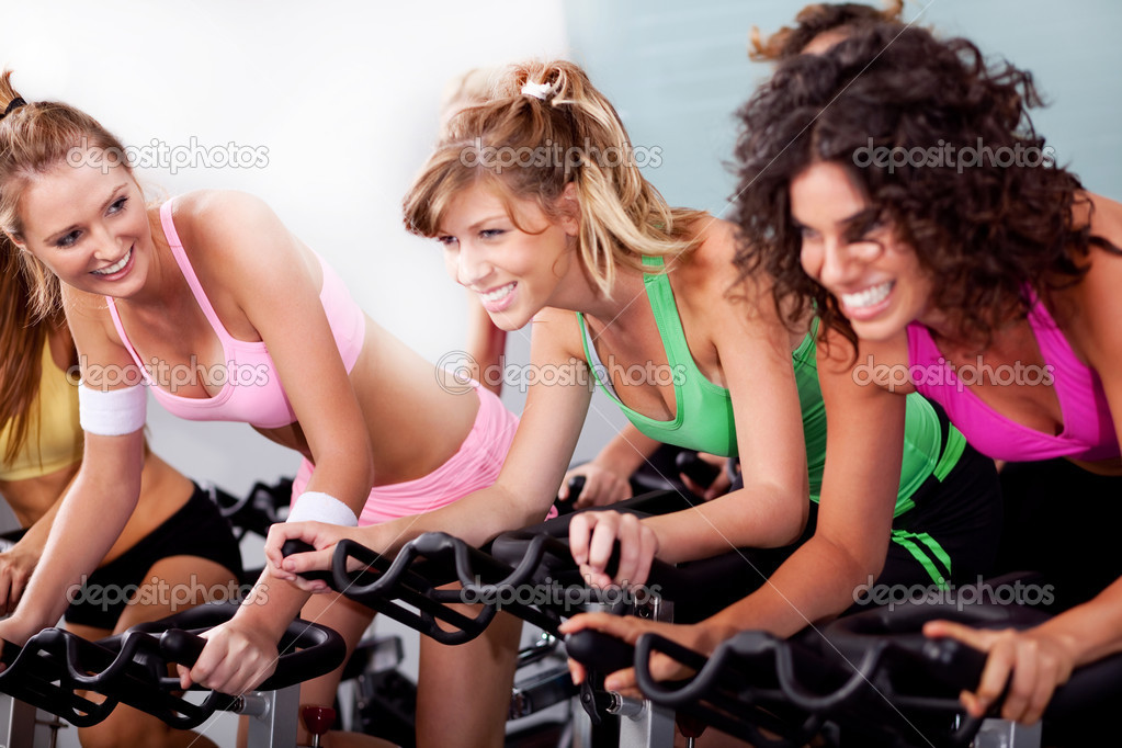 Image of women at the gym doing cardio exercises — Stock Photo #3900881