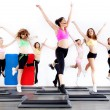 Group of women doing aerobics on stepper - Foto Stock