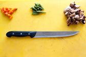 Ingredienti e coltello sono sul tagliere — Foto Stock