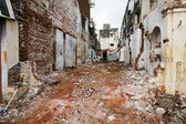 Street with ruins of demolished houses. Chennai, India — Stock Photo