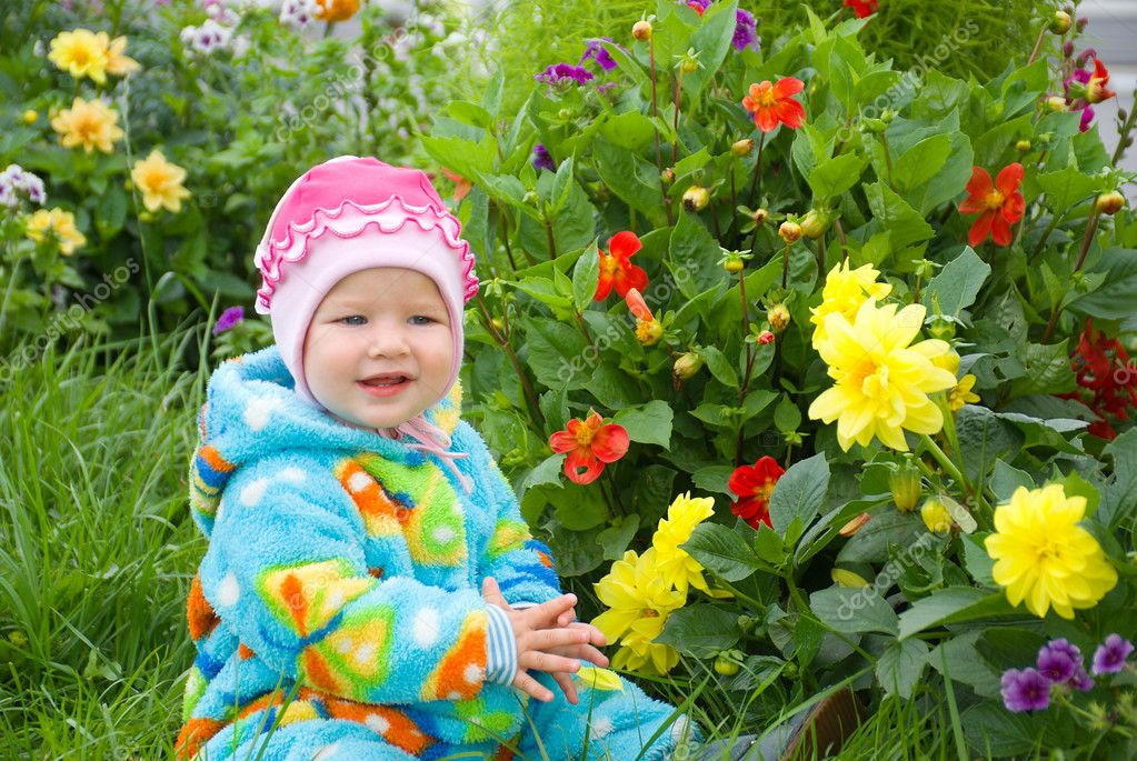 Baby considers flower.small girl — Stock Photo #2869332