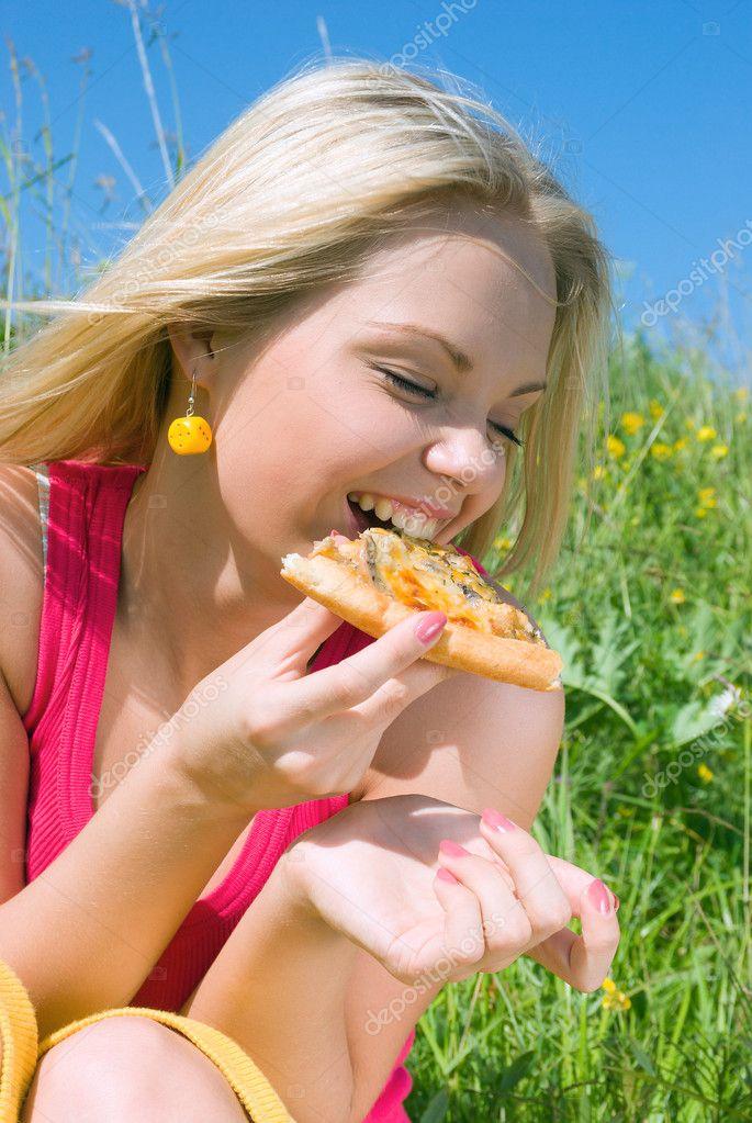 漂亮的女孩吃比萨饼.午餐 — 图库照片 #2869706