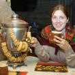 mulher perto samovar russo — Foto Stock