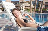 Kız resort yüzme havuzu yakınlarında — Foto de Stock