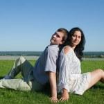 Ungt par i kärlek utomhus — Stockfoto