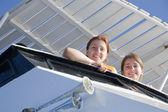 Ragazze felice sorridente sulla nave — Foto Stock