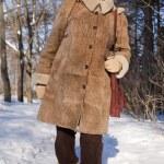 äldre kvinna i vinter — Stockfoto