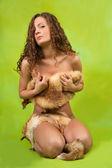 Flicka täckt med räv päls — Stockfoto