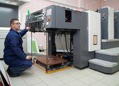 Skrivaren arbetar på offset maskin — Stockfoto
