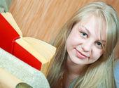 Livro de leitura menina no sofá — Fotografia Stock