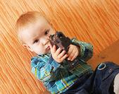 Boy plays with gun — Stock Photo