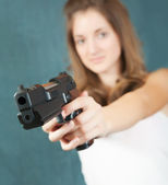 Pretty girl with gun — Stock Photo