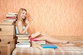 Donna sorridente con libri — Foto Stock