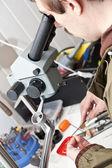 Juwelier werkt met Microscoop — Stockfoto