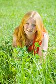 Ragazza adolescente alla fienarola dei prati — Foto Stock