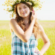 Girl  in camomiles chaplet — Stock Photo