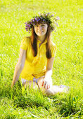 Garota na grama prado — Foto Stock