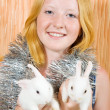 Foto Stock: Teen girl with two rabbits