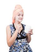 Giovane ragazza, rendendo le confezioni di cosmetici. isolato sopra bianco — Foto Stock
