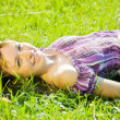 fille se repose dans la prairie d'herbe — Photo #3839551