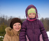 Woman with daughter in winter — Stockfoto