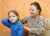 Mother combs the hairs of daughter — Stock Photo