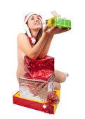 счастливая девушка с подарками, изолированные на белом — Стоковое фото