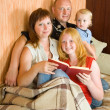 Family sitting in living room — Stock Photo