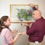 カップル、アート絵の壁にハングアップ — ストック写真