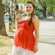 Foto Stock: Pregnant womwith ice-cream