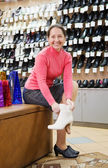 Woman trying shoes for size — Stockfoto