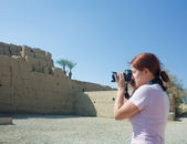 Girl is photographing ruins of Karnak Temple — Stock Photo