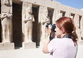 Mädchen wird statuen in karnak-tempel fotografieren — Stockfoto