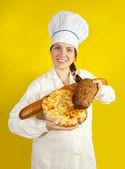 Panadero con las manos llenas de pan — Foto de Stock