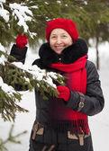 Starsza kobieta w winter park — Zdjęcie stockowe