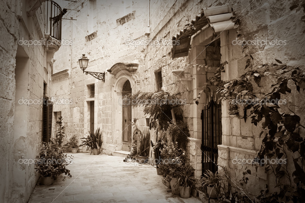 Retro photo of old narrow town street of Mdina. Malta — Stock Photo #4821236
