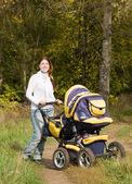 Pram と歩いて母 — ストック写真