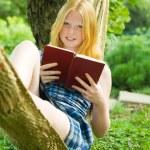 ragazza lettura libro sull'amaca — Foto Stock #5157580