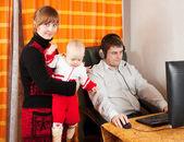 Uomo lavora a casa — Foto Stock