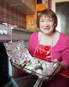 женщина приготовления скумбрии — Стоковое фото
