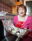 Vrouw koken makreel — Stockfoto