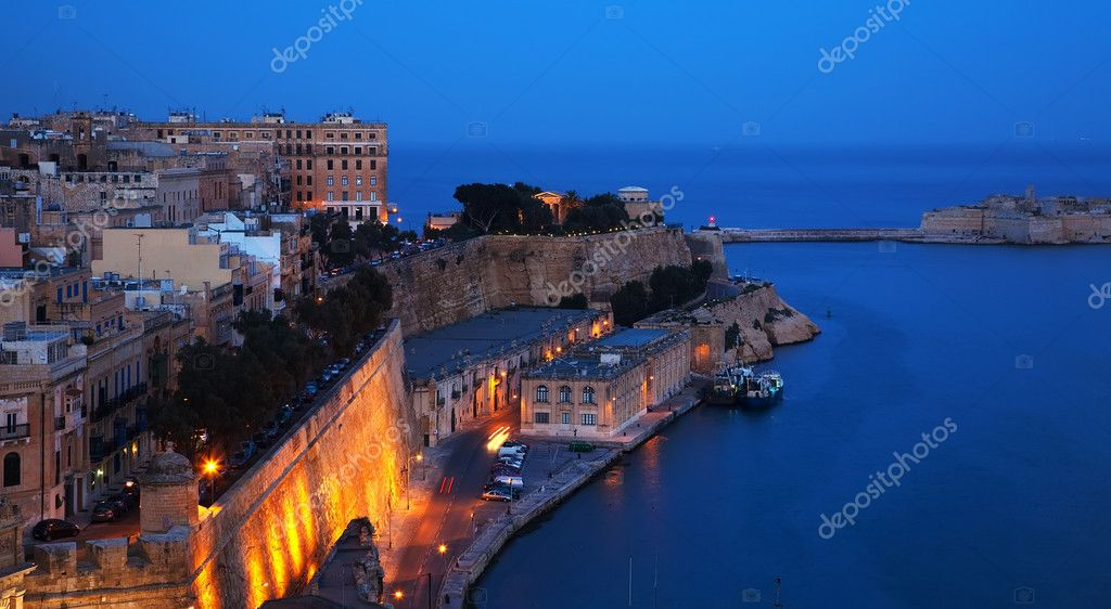 Fortress wall of Valetta and Grand Harbour in dusk. Malta — Stock Photo #5154743