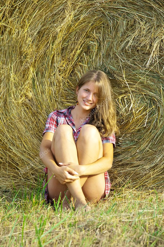 Country girl on fresh straw at field — Stock Photo #5157386