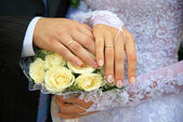 Hands of newlywedses. — Stock Photo