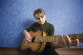 Grunge stil rockstjärna innehar en gitarr — Stockfoto