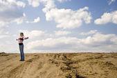 Attraktive frau, stehend in der wüste — Stockfoto