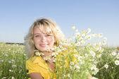 Porträtt av ung skönhet kvinna med camomile — Stockfoto