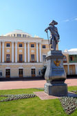 Pavel 1 statue and Grand palace in Pavlovsk — Stock Photo