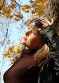 Beautiful girl on autumn background — Stock Photo
