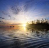 Paisaje del río con puesta de sol — Foto de Stock